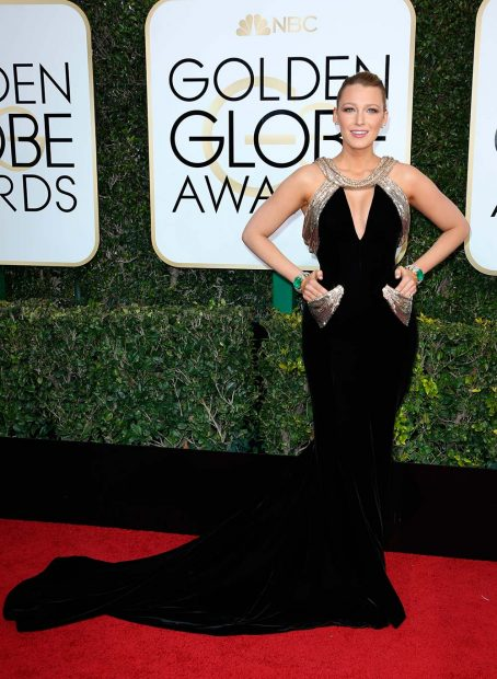 blake-lively-golden-globe-awards-globes-2017-red-carpet-66-454x620